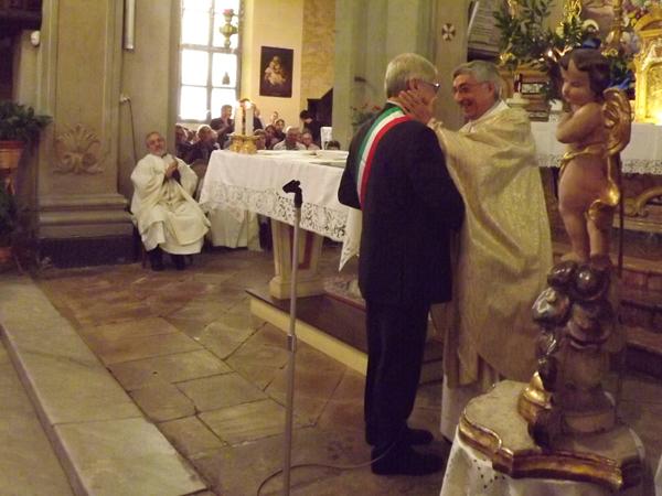 L'abbraccio tra don Gianni e il sindaco Aghemo