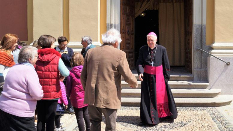 Il vescovo Cesare Noglia saluta i fedeli a Villarbasse