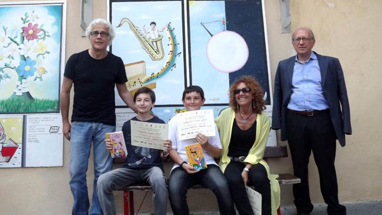 Disegna la tua copertina. Da sinistra, Vito Navolio, i due giovani vincitori, Antonella Menzio e Angelo Petrosino
