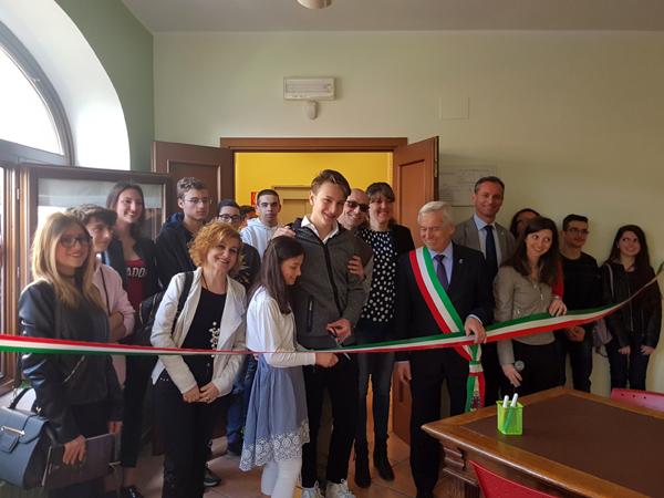 Il taglio del nastro della nuova sala studio della biblioteca comunale di Villarbasse