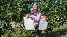 Antonio Costa con i diplomi dei vini premiati